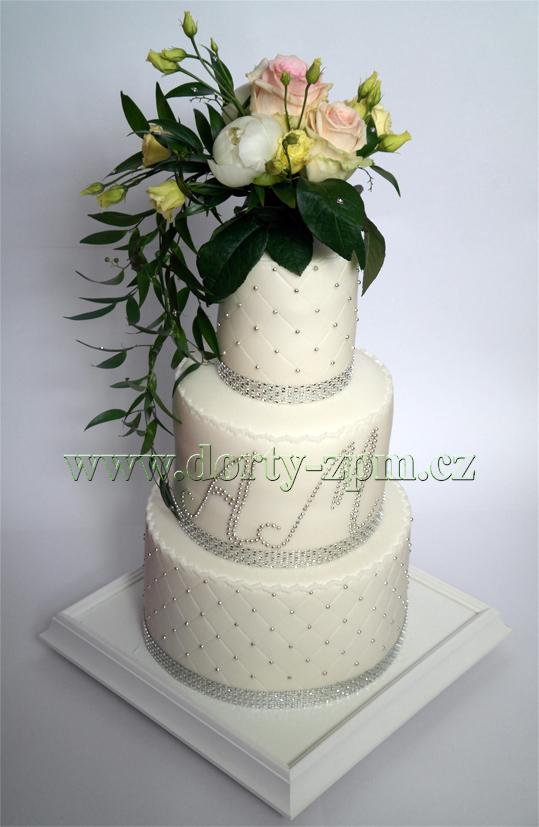 svatební dort, živá květina, monogram a cukrové perličky